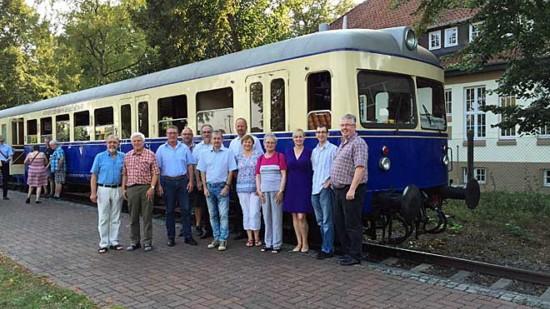 SPD-Kandidaten vor der Eisenbahn