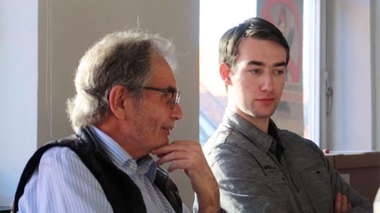 Oberst a.D. Bernd Brieber (links) berichtet den Jusos um Torben Dieckhoff (rechts) über seine Rolle bei der Gründung des Bundeswehr-Zentrums für Rüstungskontrolle