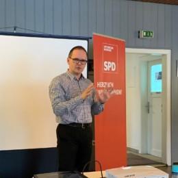 Grant Hendrik Tonne diskutiert bildungspolitische Vorschläge