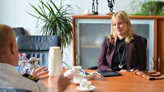 Bundestagsabgeordnete Marja-Liisa Völlers im Gespräch mit dem Direktor der Polizeiakademie Niedersachsen Carsten Rose