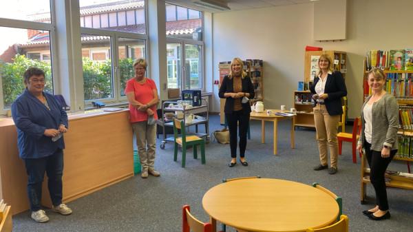 Marja-Liisa Völlers und Bianca Wöhlke bei ihrem Besuch in der Bibliothek der Samtgemeinde Heemsen in Rohrsen