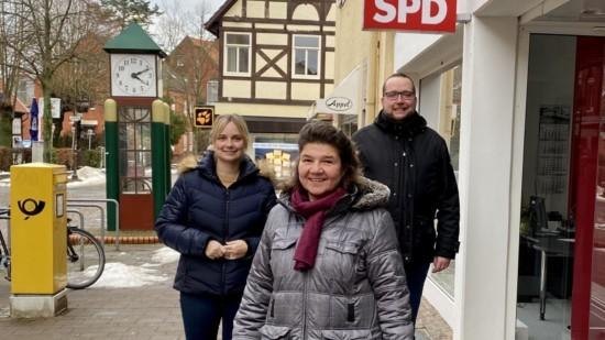 Marja-Liisa Völlers, Marion Röchert und Hannes Felix Grosch vor dem SPD-Büro in der Nienburger Georgstraße