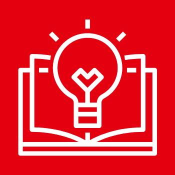 Symbolbild Bildung: Eine Glühbirne vor einem aufgeschlagenen Buch