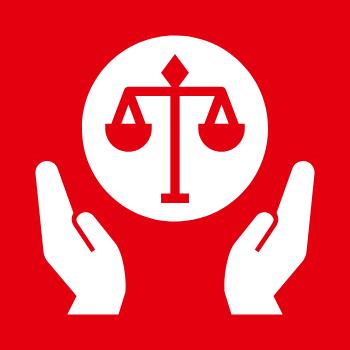Symbolbild Demokratie und Rechtsstaatlichkeit: Zwei Hände umfassen eine Waage, das Symbol der Justiz