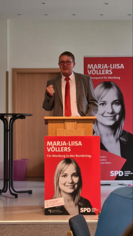 Kreistagskandidat Andreas Cordes begrüßt die Gäste.