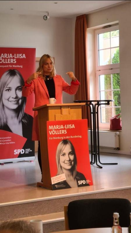Bundestagsabgeordnete Marja-Liisa Völlers begrüßt die Gäste