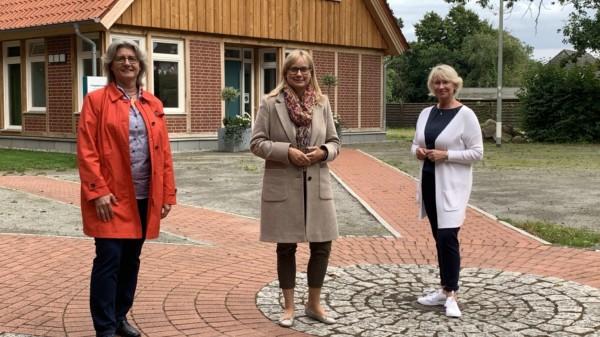 Anja Altmann, Marja-Liisa Völlers und Conny Feske sprechen über den Erhalt des Holtorfer Freibades.