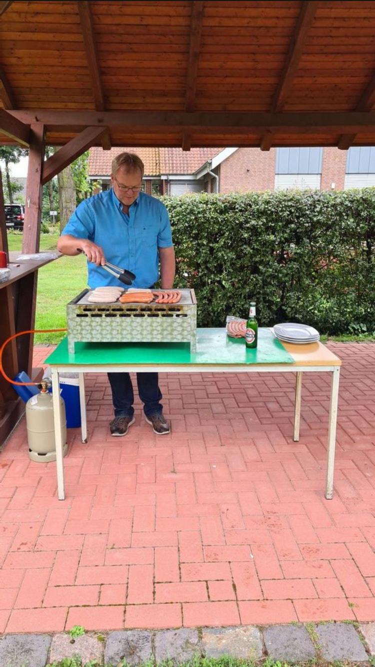 Ortsvereinsvorsitzender Marc Kuhlenkamp übernimmt die Rolle des Grillmeisters